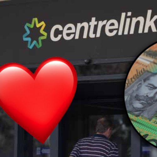 Man Generously Gives Out $100 Bills To Everyone Waiting In Melbourne Centrelink Line
